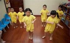 Trẻ tập đi có trật tự? Hãy thử Đồng phục